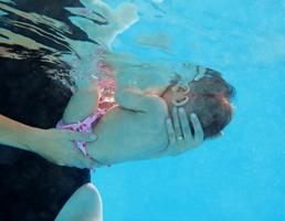 bébé sous l'eau femme