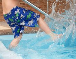 Kinder baden spritzen Wasser Pool